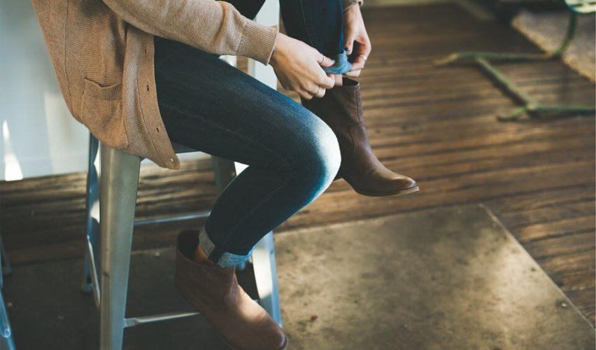 Kobieta zakładająca buty